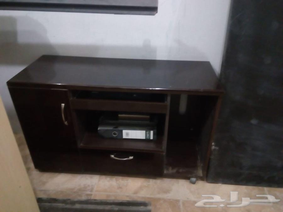 اثاث مكتبي وكراسي وباب حديد وطاولات