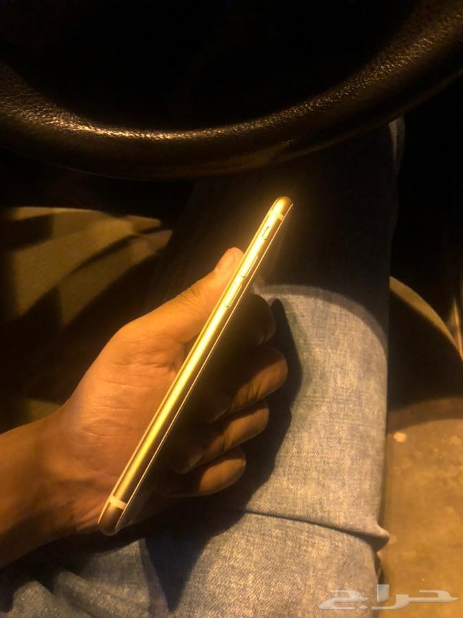 لدي ايفون 8 عادي ذهبي نظيف جدا