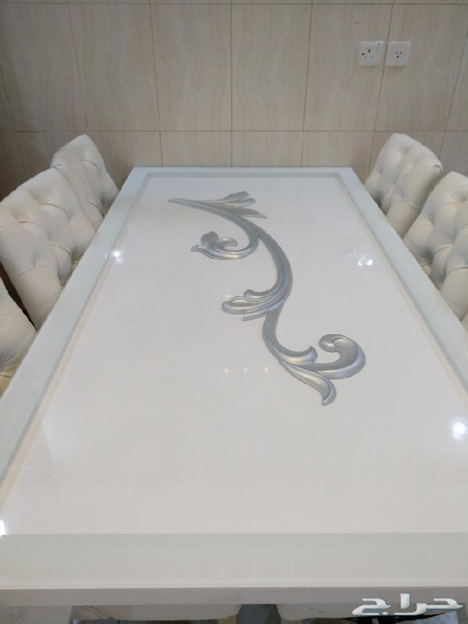 طاولة طعام بيضاء